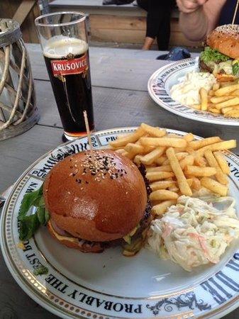The Pub: burger , frite et biere tcheque excellents