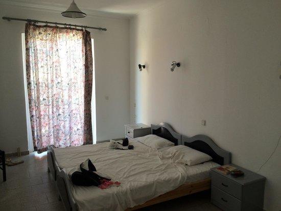 Haridimos Apartments: camera e porta finestra