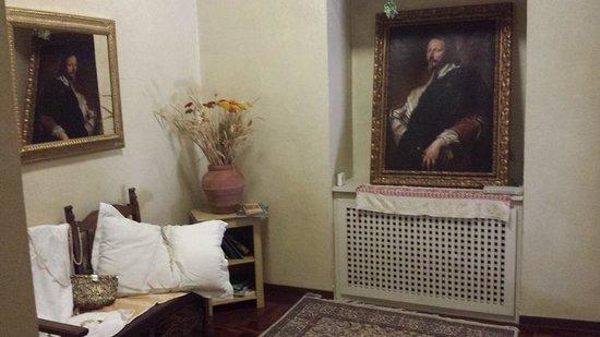 Palazzo Dragoni: Particolari arredi dei corridoi