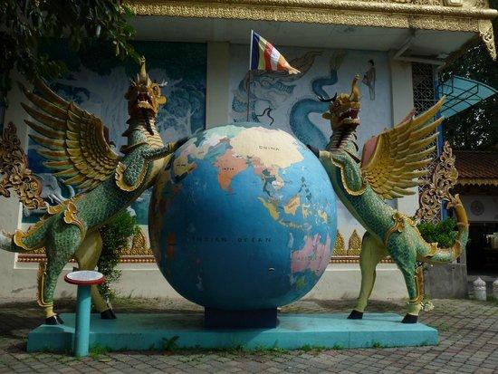Dharmikarama Burmese Temple : gardiens de la terre