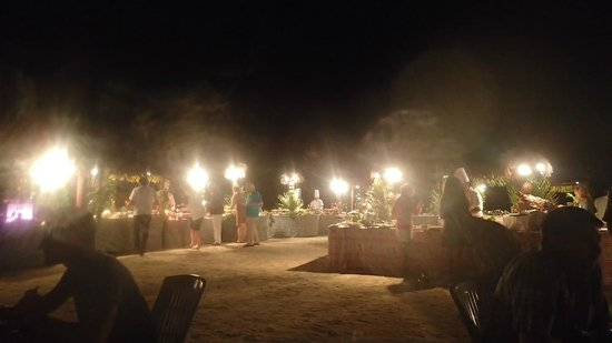 InterContinental Moorea Resort & Spa: Le buffet lors d'une soirée
