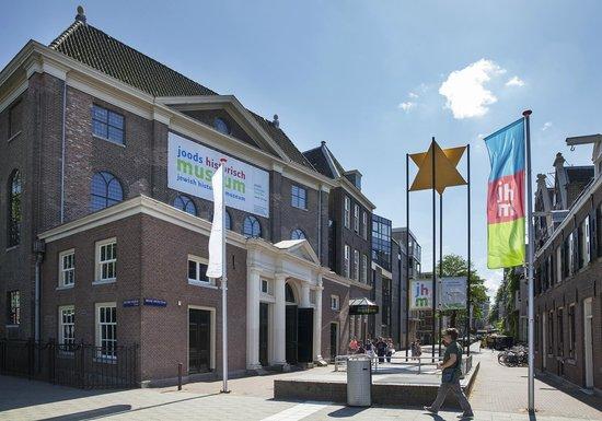 Musée historique juif : Relax outside the Jewish Historical Museum