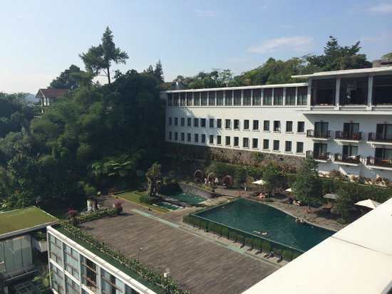 Padma Hotel Bandung: View from restaurant over rest of the hotel