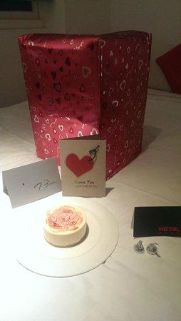 Hotel 73: 驚喜蛋糕、卡片