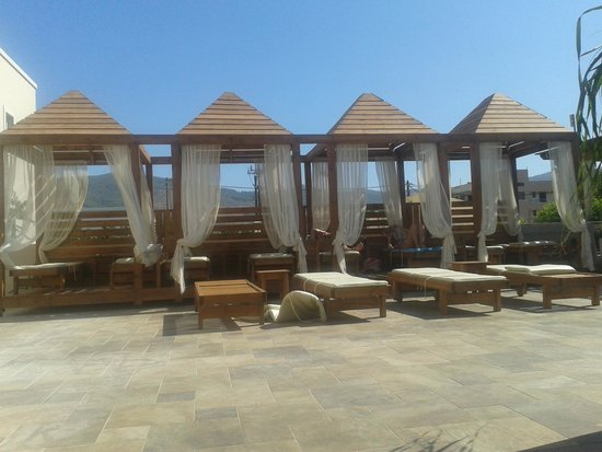 Peridis Family Resort: Relaxation area above the pool bar