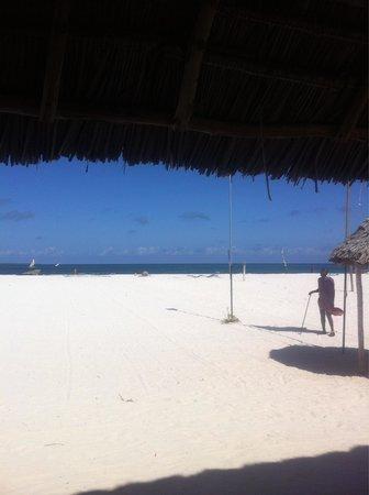 Eden Village Kendwa Beach Resort: Guardia fuori dal ristorante