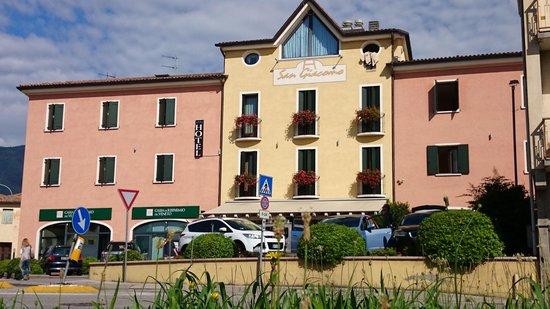 Hotel San Giacomo Sport&Relax: Voorzijde met terras