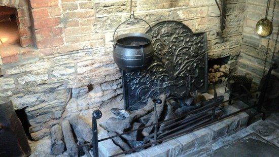Anne Hathaway's Cottage & Gardens: Kitchen fireplace