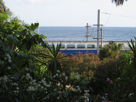Residence Veles Plage : Train line at end of garden