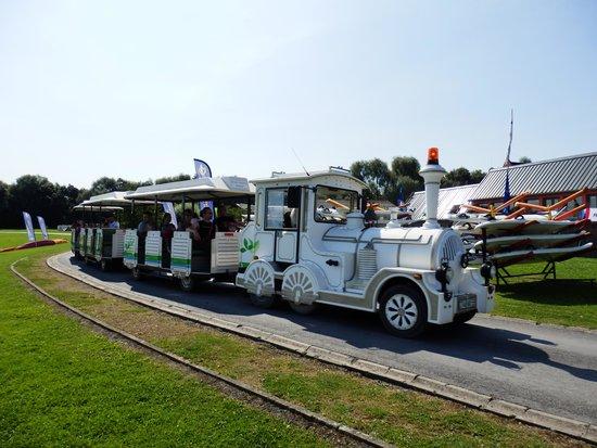 Les Pres du Hem: Le petit train passe devant l'embarcadère de la Goélette.