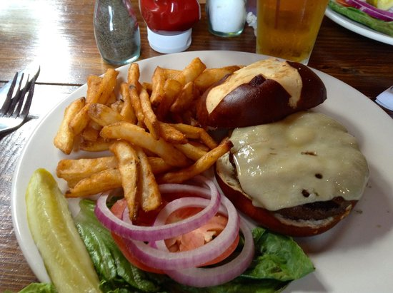 Sticks & Stones Wood Fired Bistro & Bar: Cheeseburger