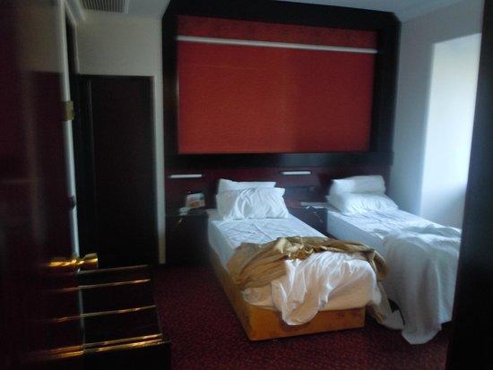 Aksan Hotel: foto dall'esterno della porta d'ingresso: dentro non c'era lo spazio sufficiente