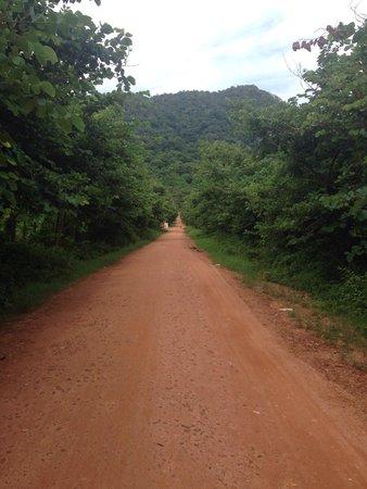 Veranda Natural Resort: Road up to the hotel