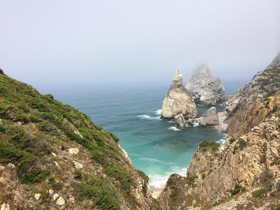 Praia da ursa : Hike down the left trail!