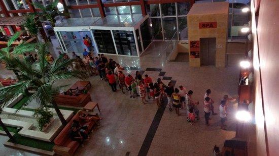 Alcazaba Mar Hotel: colas , para acceder, si te avisa que en horas punta no vallas, !!que detalle!!