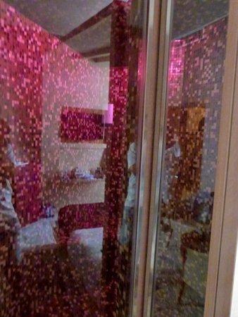 Dharma Hotel & Luxury Suites: Duschvorrichtung mit integrierter sauna
