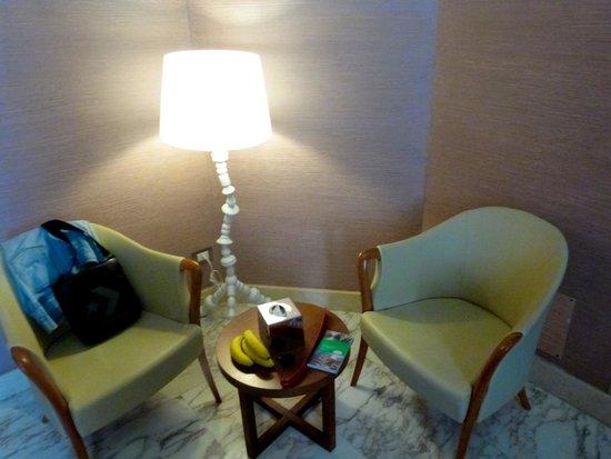 Dharma Hotel & Luxury Suites: Sitzecke