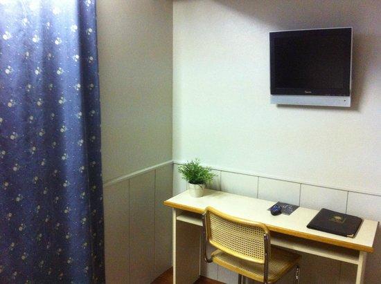 Hotel du Sud : Bureau, TV écran plat
