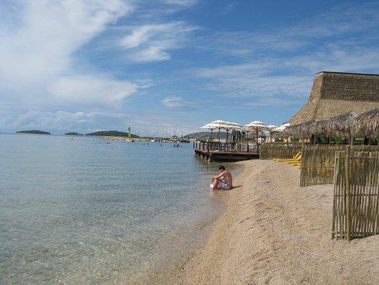 Solaris Beach Hotel Jakov : una delle tante spiagge...con baracchino sullo sfondo!