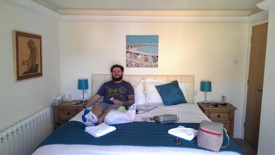 Angel Cottage B&B: The hubby relaxing in the gorgeous room