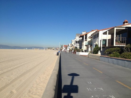 Hermosa Beach Pier: warm and sunny walk along the beach