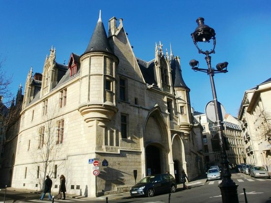 Le Marais: こんな素敵な古い古い建物もあちこちに