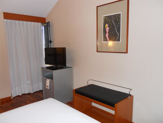 AC Hotel Palencia: ventana y detalle techo abuhardillado