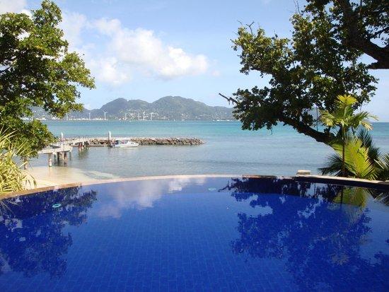Cerf Island Resort: einer der beiden Infinity-Edge Pools