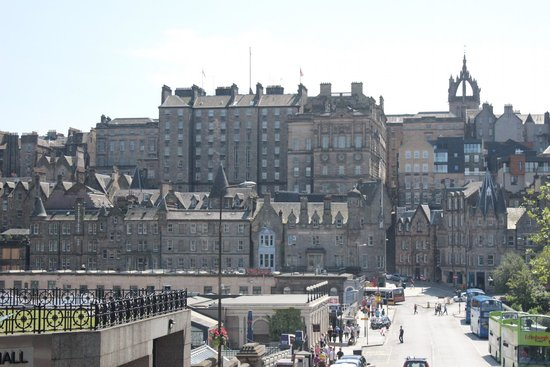 Edinburgh Bus Tours: Photo shows, start and end point on right hand side, near to train station & tourist info office