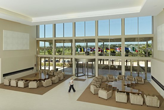 Vidamar Resort Algarve: Hotel lobby - spacious with view to the golf course