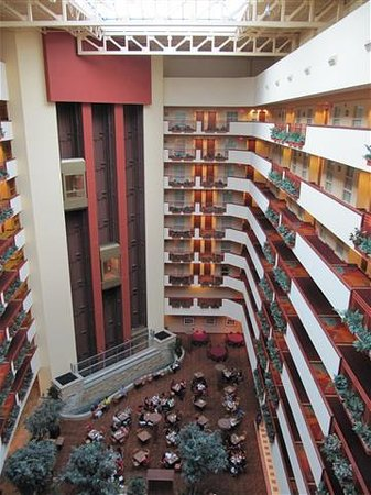 Embassy Suites by Hilton Albuquerque - Hotel & Spa: lookin down