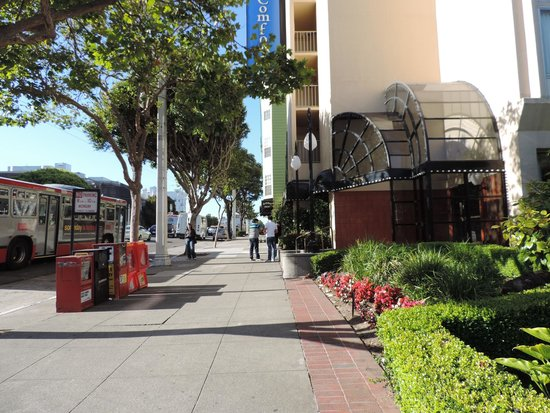 Comfort Inn by the Bay: Entrada na Rua Van Ness.