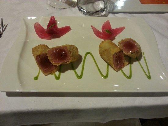 Il Moletto Ostricheria Grill: Tonno in pasta fallo con vellutata di piselli e cipolle di tropea, molto gustoso e presentazione