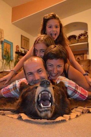 The Bear's Den B&B: Photo avec l'ours de Bubba