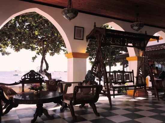 Tembo House  Hotel & Apartments: Уголок возле бара с видом на океан (во второй арке скамья-качели)