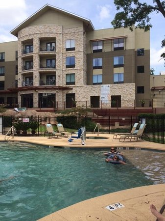 Courtyard by Marriott New Braunfels River Village: Pool and grounds