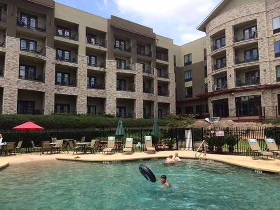 Courtyard by Marriott New Braunfels River Village: Pool and back of Hotel