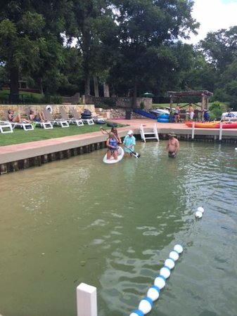 Courtyard by Marriott New Braunfels River Village: helpful staff at paddleboard rental