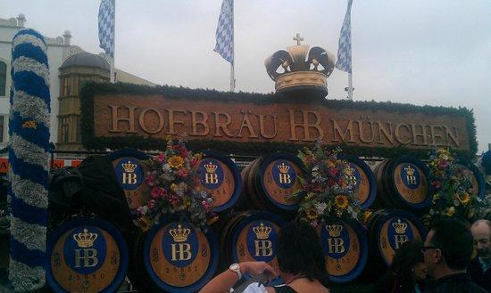 """Theresienwiese: Везут свежее пиво """"Hofbrau"""""""