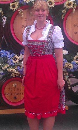 Theresienwiese: Фрау в национальном баварском наряде!