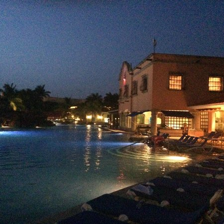 Hotel Marina El Cid Spa & Beach Resort: Night view of the Mexican restaurant, swim up bar and main pool.