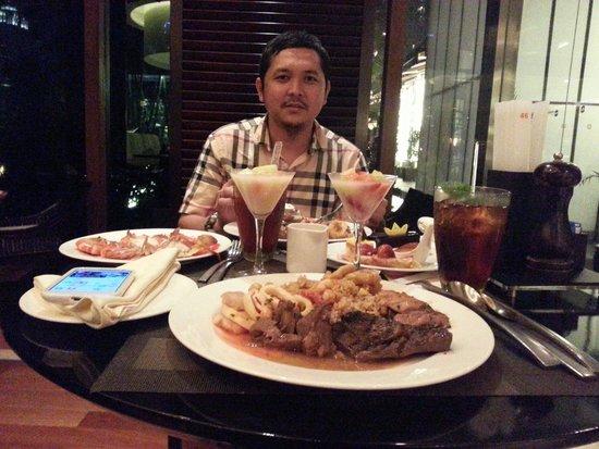 Shangri-La Hotel Jakarta: Dinner with my wife...