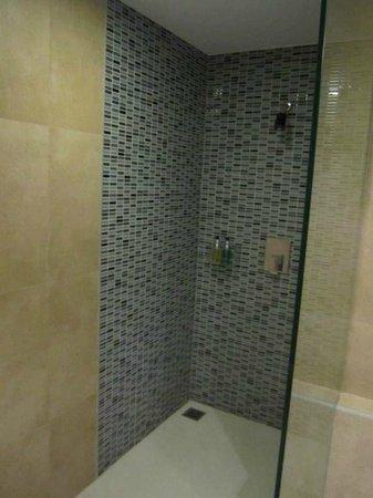 Trinity Silom Hotel: shower