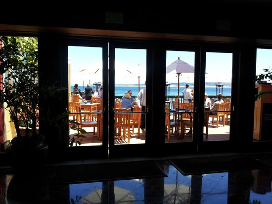 Monterey Plaza Hotel & Spa: View of dining area overlooking ocean