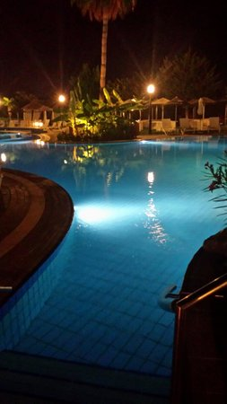 Atlantica Bay Hotel: Pool at night