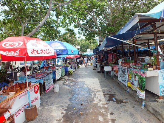 Grandmother and Grandfather Rocks (Hin Yai & Hin Ta): Local market