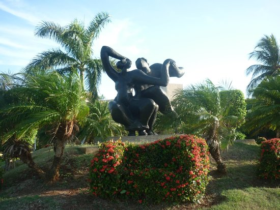 Hotel Tuxpan Varadero: Beautiful statue in front of hotel