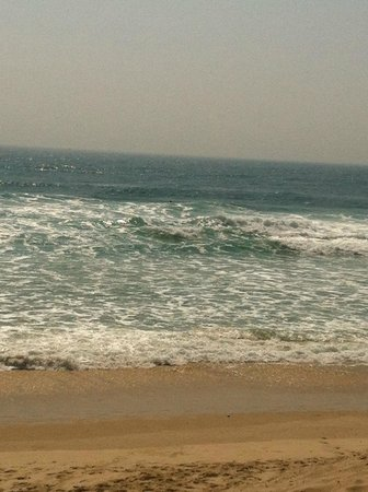 Raffles Royale : Gorgeous surf for dipping in...300-400 metres away!