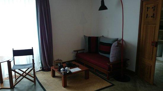 Blue Bird Hotel : Coin salon dans la chambre