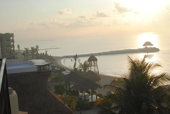 Hotel Marina El Cid Spa & Beach Resort: Calm morning from balcony, no seaweed.